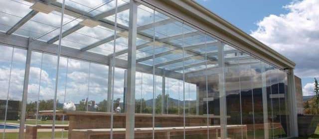Cortinas de cristal en techos móviles, elegancia y funcionalidad